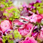 結婚指輪と花