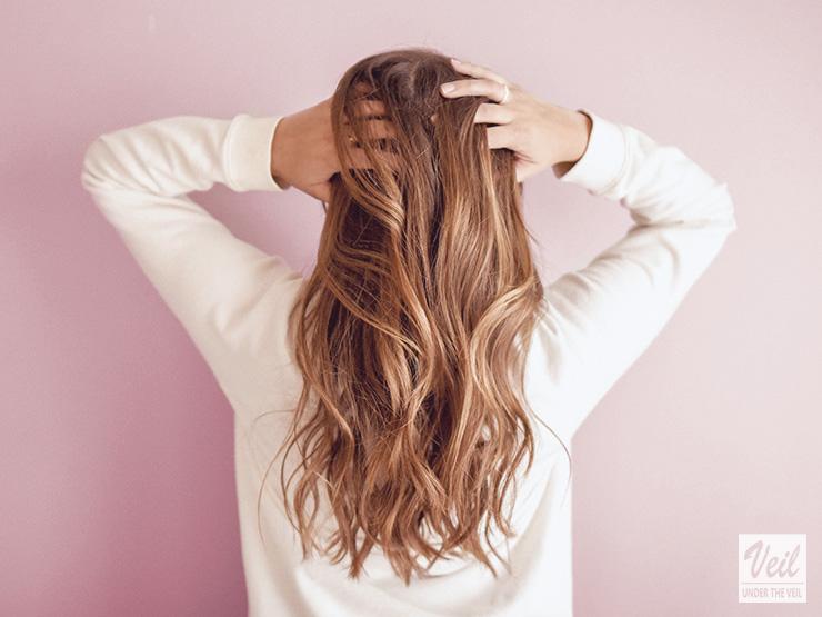 髪を掻き上げる人